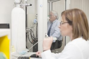 Técnico assiste o rigor da medição - Espirometria e provas funcionais respiratórias